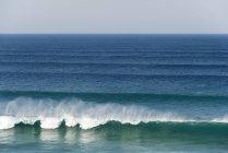 Океан з розсікає хвилі — стокове фото