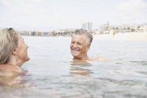 Couple de personnes âgées nager dans l'océan Atlantique — Photo de stock