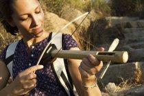 Молода жінка гри ручної роботи дерев'яні інструменті — стокове фото