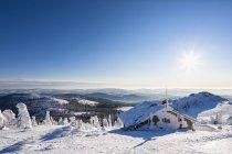 Vue panoramique de neige couverte refuge dans la forêt de Bavière, en Allemagne, Bavière — Photo de stock