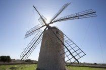 Espanha, Formentera, El Pilar de la Mola, vista do moinho de vento — Fotografia de Stock