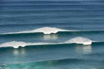 Атлантичний океан з розсікає хвилі — стокове фото