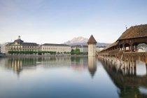 Schweiz, Luzern, Blick auf Kapellenbrücke mit Wasserturm — Stockfoto
