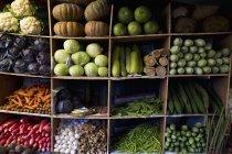 India, Ooty, varietà di verdure in armadio al mercato — Foto stock