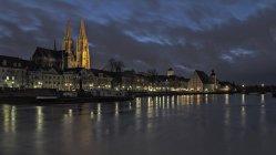 Alemanha, Bavaria, Regensburg, iluminado frete Museu e a Catedral no Rio Danúbio na noite — Fotografia de Stock
