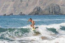 Серфер серфинг на волнах — стоковое фото