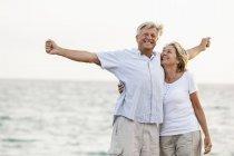 Seniorenpaar hat Spaß am Meer — Stockfoto