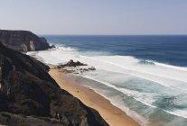 Portugal, Algarve, Sagres, vue de l'Atlantique avec breaking waves et falaises — Photo de stock