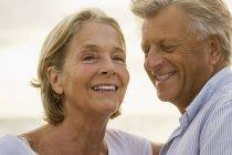 Coppia Senior sorridente al mare — Foto stock