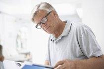 Libro di lettura man Senior — Foto stock
