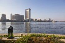 Отель башни с реки Нил — стоковое фото