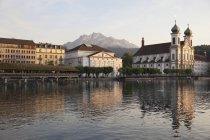 Швейцарія, Люцерна, перегляд церкви з річка Рейсс і гора у фоновому режимі — стокове фото