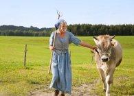 , Зрелая женщина с коровой на ферме — стоковое фото