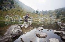 Autriche, Styrie, milieu adulte homme sautant au lac Spiegelsee — Photo de stock