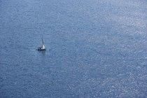 Вид Адриатического моря с парусником в дневное время — стоковое фото
