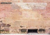 Espagne, Malaga, mur de briques et de la rue Santa Maria, gros plan — Photo de stock