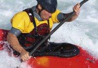Gros plan de l'homme aviron canoë — Photo de stock