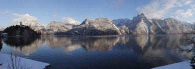 Австрия, Upper Austria, Вид на деревню Трахайрхен с озером Траунзее — стоковое фото