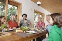 Счастливая семья кавказской, обедают вместе — стоковое фото
