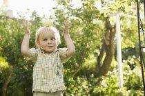 Chico jugando con manzana - foto de stock