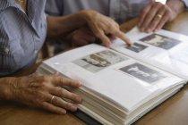 Couple de personnes âgées avec album photo — Photo de stock