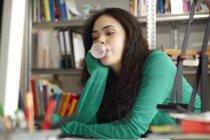 Giovane donna soffiando gomma da masticare — Foto stock