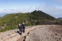 Wanderer auf der Ruta de Los Volcanes tagsüber — Stockfoto