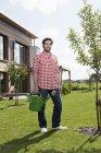 Homme d'âge mûr avec arrosoir de jardin — Photo de stock