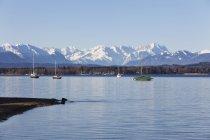 Boote in den Starnberger See mit Zugspitze Berg — Stockfoto