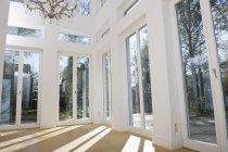 Leeres Wohnzimmer eines Luxushauses — Stockfoto