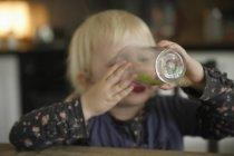 Девушка пьет из стекла — стоковое фото
