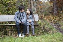 Jungen und Mädchen sahen einander, Lächeln — Stockfoto