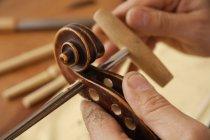 Сумасшедший человек, делающий скрипичный свиток — стоковое фото