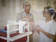 Gardien de donner le médicament à l'homme senior — Photo de stock