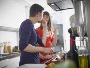 Чоловік і жінка разом приготування їжі на кухні — стокове фото