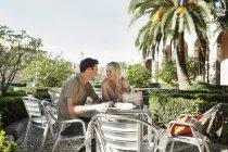 Spanien, mallorca, palma, paar sitzen am tisch im café und lächeln — Stockfoto