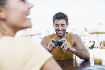 Средний взрослый человек фотографировать женщина — стоковое фото