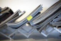 Closeup de arquivos em rack no escritório moderno — Fotografia de Stock