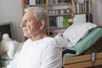 Старший чоловік, сидячи в інвалідному візку — стокове фото