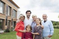 Porträt des kaukasischen Familienglück vor Haus — Stockfoto