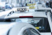 Nahaufnahme von hintereinander fahrenden Taxis am Flughafen — Stockfoto