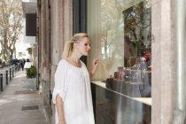 Espanha, Maiorca, Palma, Jovem olhando na vitrine — Fotografia de Stock