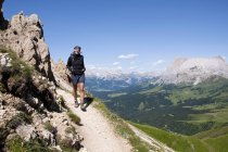 Italy, Mid adult woman hiking on Rosszahnscharte at South Tyrol — Stock Photo