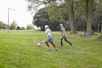 Donne che giocano a calcio nel parco — Foto stock