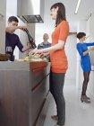 Мужчины и женщины вместе приготовления — стоковое фото