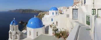 Вибілені церква і дзвіниця — стокове фото
