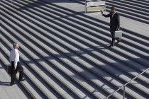 Engenheiros andando em escadas — Fotografia de Stock