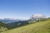 Langkofel mit Plattkofels und Dolomiti Alpen — Stockfoto