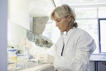 Ученый, исследования крови в лаборатории — стоковое фото