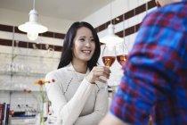 Coppia bere vino a casa e sorridente — Foto stock